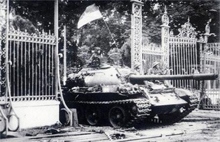Quân giải phóng tiến vào Dinh Độc Lập hồi 11 giờ 30 phút ngày 30 tháng 4  năm 1975. Ảnh tư liệu.